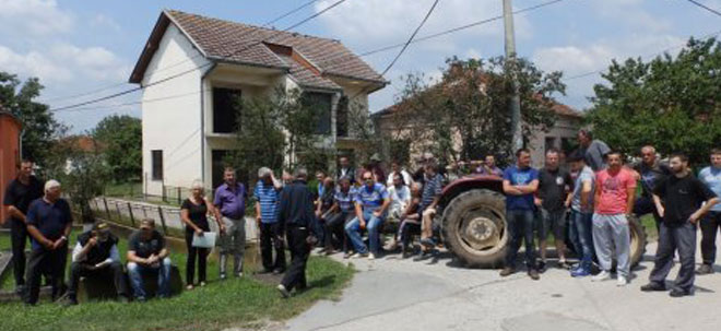17.7.2014, Blic – They blocked the village near Kraljevo because they don't want Roma neighbors